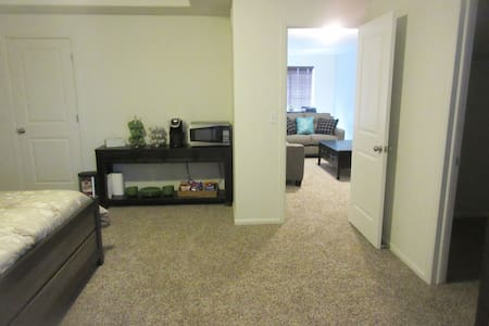 Private Floor (860 sq ft) in brand new home - Denver - Casa