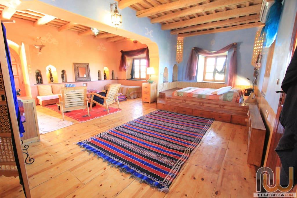 Toutcouleur, très belle suite avec terrasse, sol en bois, décoration africaine, accueil famille de quatre personnes.