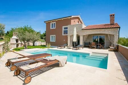 Villa Dominika mit Pool - Haus
