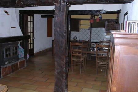 Gîte rustique en pleine campagne - Unzent - Rumah