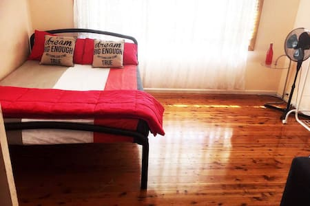 Venus room near train in Sydney, Blacktown, wifi - Blacktown - Casa