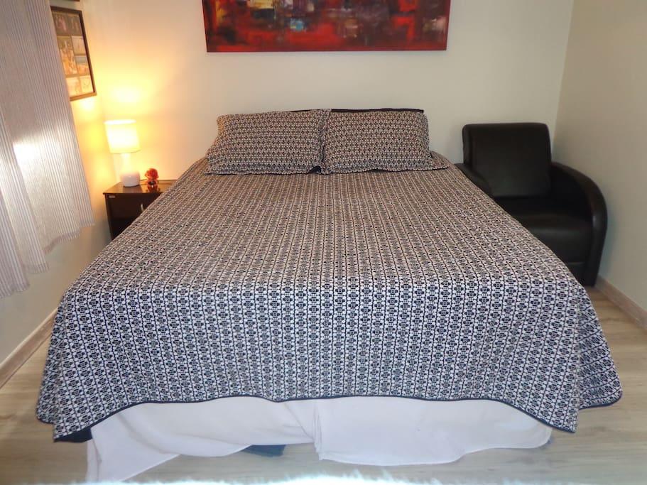 Quarto de hóspedes com cama Queen  Size. Guest bedroom with queen bed.