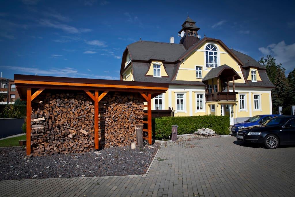 Pohodlné parkovanie a dostatok dreva  do krbu