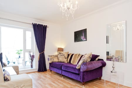Beautiful, comfortable 2 bedroomed apartment with an Irish welcome in one of the best locations in Dublin city in the middle of the Georgian area. Close to art galleries, canal walks, museums, excellent shops, sports stadiums and singing pubs.
