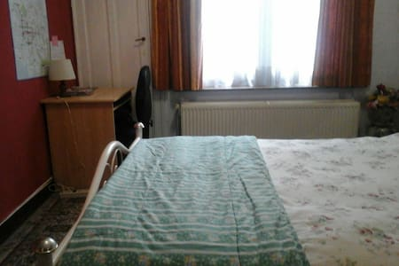 1 spacious room in our family home - Ville de Bruxelles - House