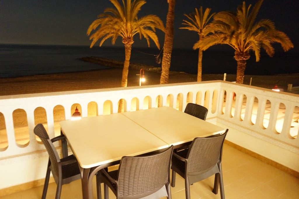 Vistas nocturnas donde podemos apreciar la mesa de alumninio y plástico de gran calidad de 140X100cm