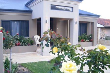 Leeuwin Room! Fremantle - Beaconsfield - Bed & Breakfast