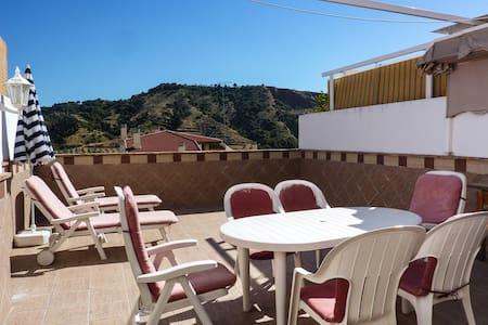 Typical Spanish house with large sun terrace and swimming pool, located in a quiet residence in the heart of Cenes de la Vega, 5 km from central Granada.