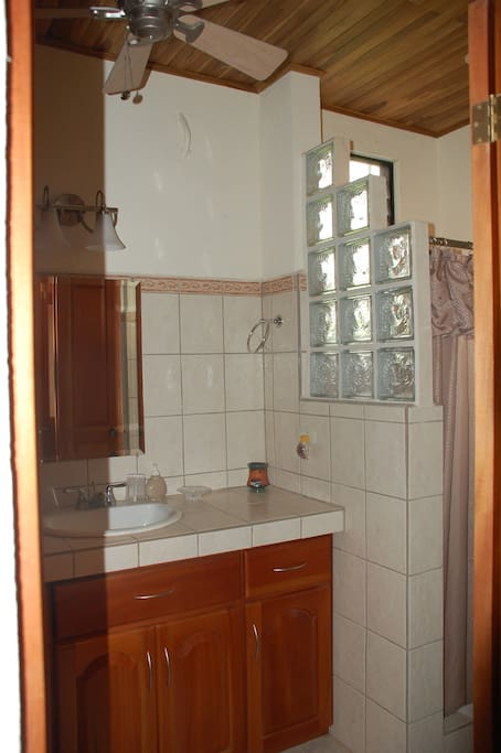 Large 3 piece bathroom, hot & cold water