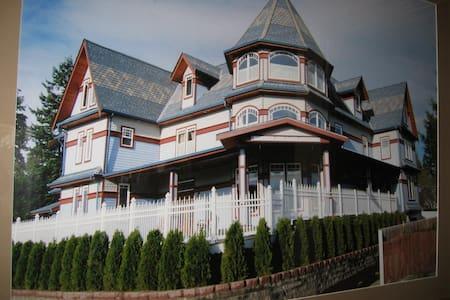 Beautiful Victorian Bed & Breakfast - Lake Stevens - Bed & Breakfast