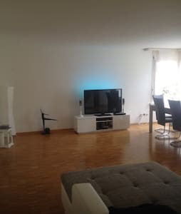 Central room, close to train & bus - Wohnung