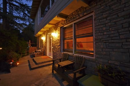 Charming Forest Hillside Home - Dom