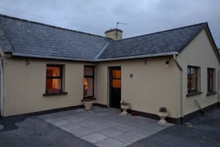 Cosy Farmhouse in the Burren, Kilnaboy. - Killinaboy - Casa