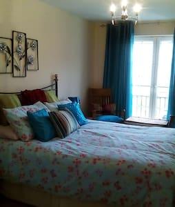Large Bedroom with Ensuite bathroom - Bed & Breakfast