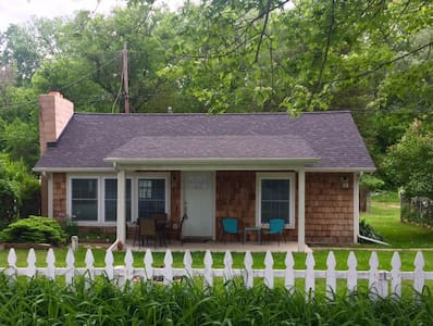 Adorable Clarklake Cottage - Prime location MIS - House