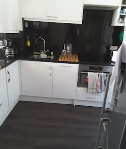 Double room in a clean 3 bed family home - House