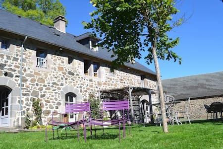 Maison avec jardin et vue montagnes - House