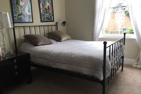 Large bedroom, private bathroom. - London - Hus