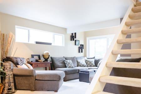 Spacious bedroom & loft near Lk WA