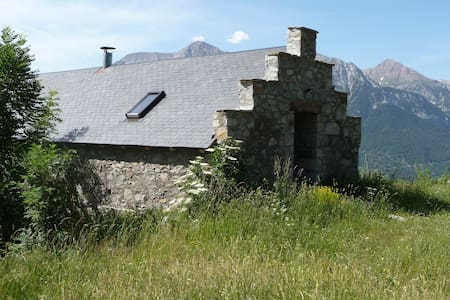 Stone barn in Pyrenees mountains - Cabin