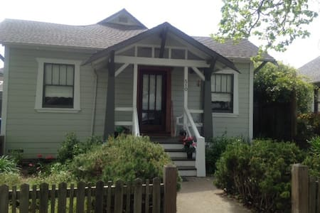 Charming Bungalow walk to downtown