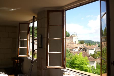 APARTMENT WITH A VIEW IN AUBETERRE - Lejlighed
