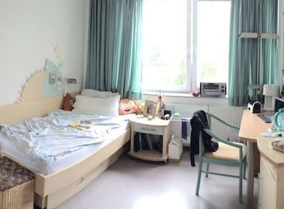 Kleines Zimmer im Wohnheim (Weststadt) - Outro