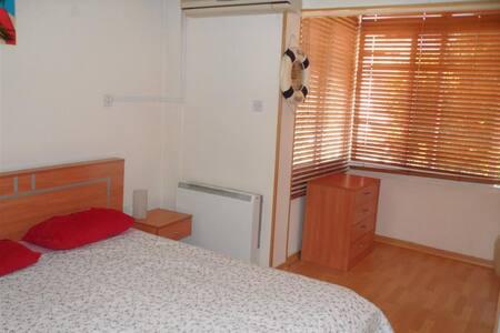 Good big bedroom in quite flat B&B