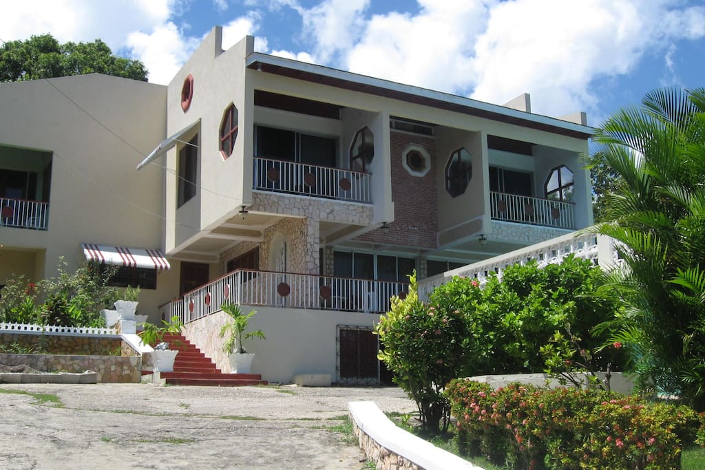 Villa Paradise Montego Bay, Jamaica. Houses up to 12 guests per night, fantastic price!