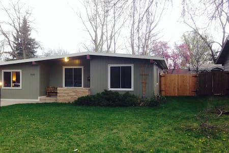 Private entrance, bed, and bath! - Fort Collins - Casa