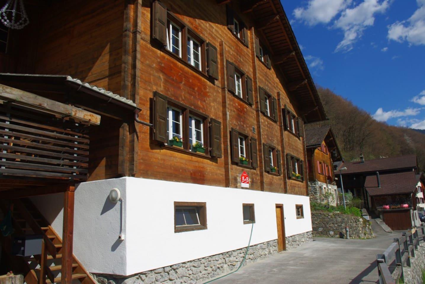 Das grosse Holzhaus im Frühling