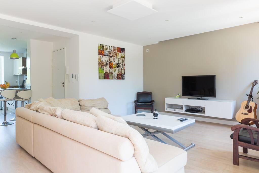 Un grand salon spacieux et lumineux vous offrira de bonnes soirées entre amis ou en famille
