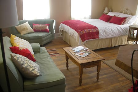 Entire main st. 2nd floor suite - Penzion (B&B)