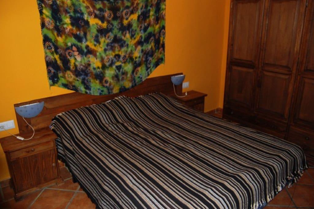 Dormitorio. Hay además, cama supletoria y cuna de viaje.