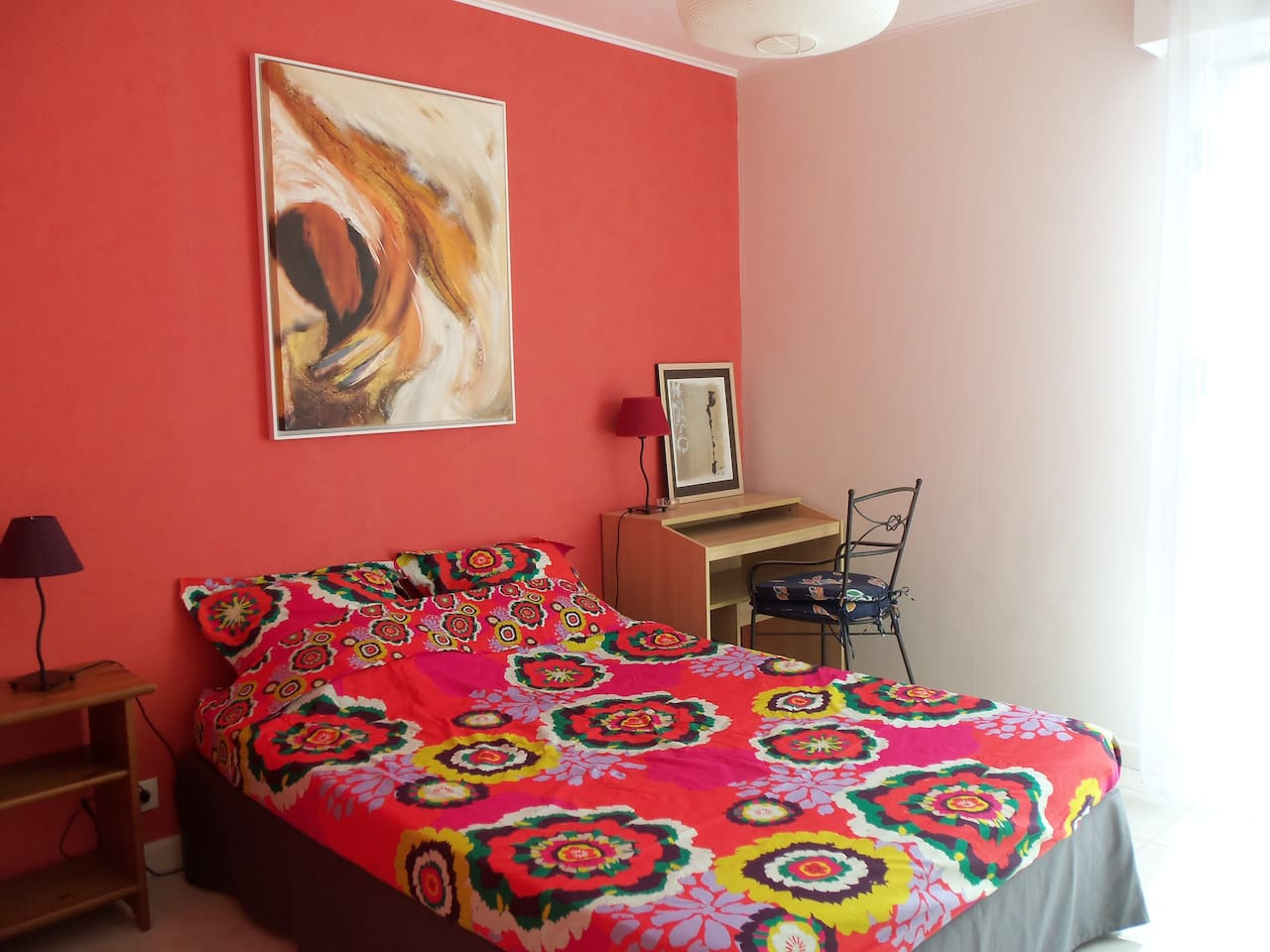 Votre chambre et son confortable lit double.