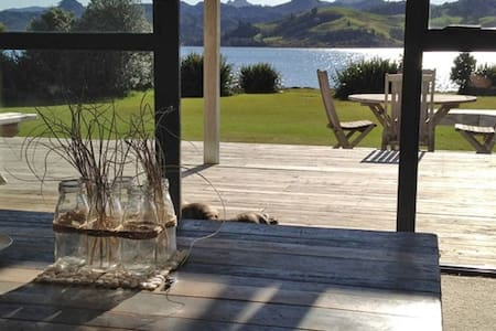 Sunny Waterfront Beach House - Pauanui - Hus