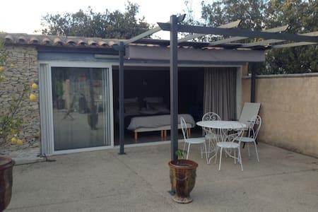 studio vue sur piscine - Nimes - Villa