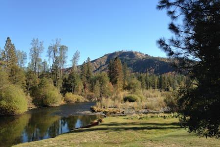 Cabin Smack on the Trinity River! - Cabin