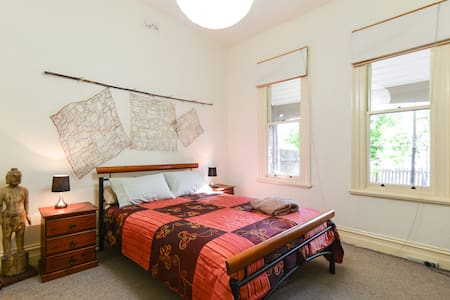 High St Northcote Big Old Charming Family Home - Northcote - Bed & Breakfast