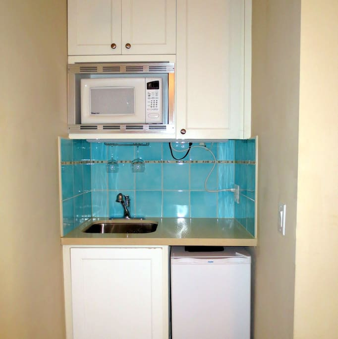 Kitchenette with mini-fridge, microwave, toaster oven, coffee machine and wine glasses!