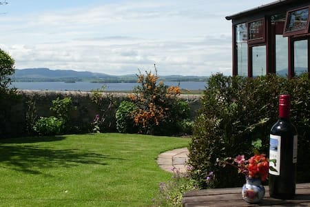 Cosy cottage with outstanding views of Loch Leven. - Casa