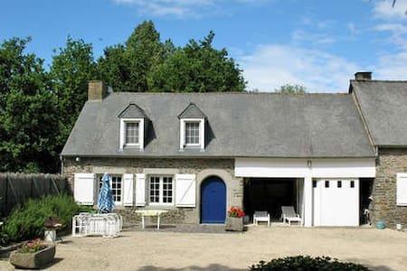 T3 dans propriété, étang,Piscine - Roz-Landrieux - Haus