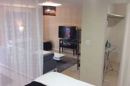 Private modern bungalow suite, parking, amenities - Hayward