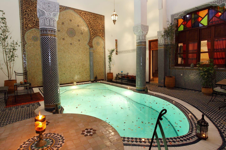patio Riad Jamaï, bassin et salle de restauration