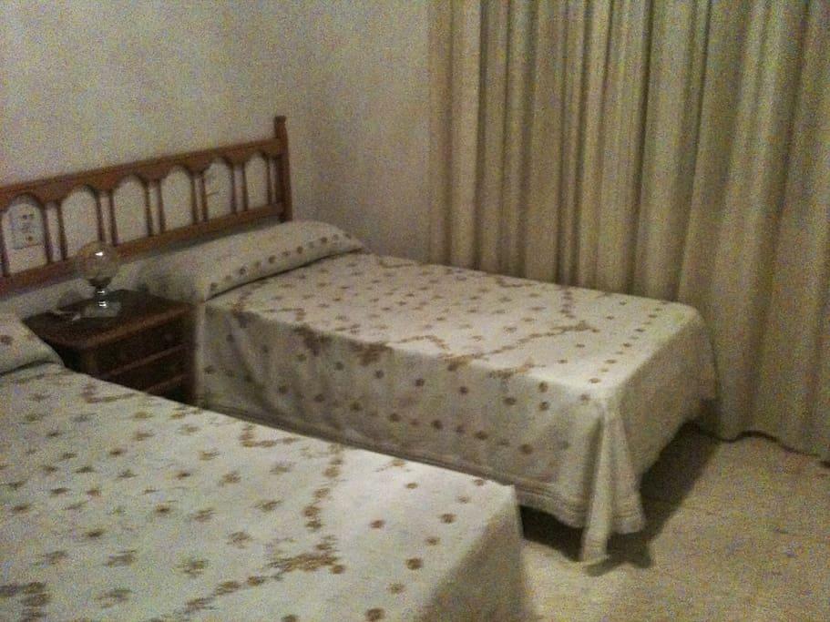 Vista del otro dormitorio con dos camas individuales
