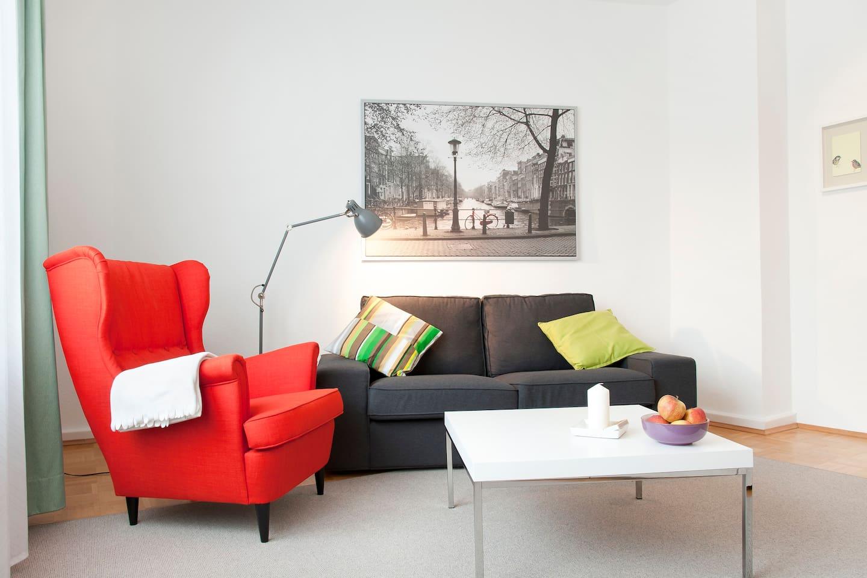 Gemütliches, helles Wohnzimmer - packt Eure Bücher ein!!