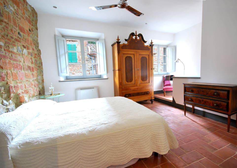 Main bedroom with ensuite bathroom. Camera da letto principale con bagno private