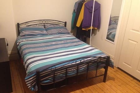 Double room with balcony in Newtown - House