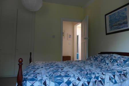 Private room in quiet leafy area of  Birmingham. - Huis