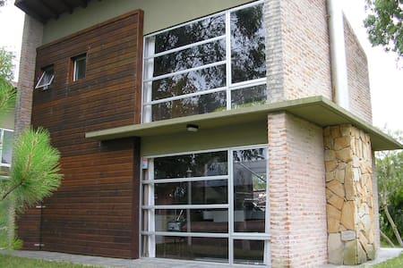 MODERNA Y COMODA CASA CERCA DEL MAR - PIRIAPOLIS - House